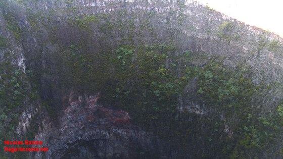 Un gouffre abyssal le long de la route menant au volcan.