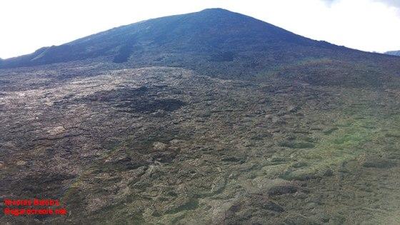Le piton de la Fournaise, vu depuis l'enclos de la Fournaise. Tôt le matin, la brume est absente et cette partie du volcan est complètement visible.